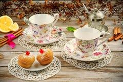 Tasses de vintage avec des petits pains et des biscuits Photographie stock libre de droits