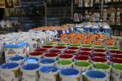 Tasses en céramique de couleur grecque traditionnelle au shor de souvenir dans le magasin grec photographie stock libre de droits
