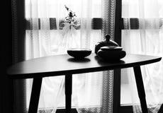Tasses en céramique de vintage sur le fond de table et de rideau - décorations d'intérieurs images libres de droits