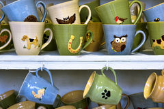 Tasses en céramique faites main à vendre sur le marché de Cracovie Photo stock