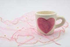 Tasses en forme de coeur peintes placées sur le tissu Photo libre de droits
