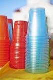 Tasses en plastique colorées Images libres de droits