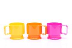 Tasses en plastique colorées Image libre de droits