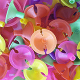 Tasses en plastique colorées pour le ballon de latex Images stock