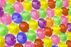 Tasses en plastique colorées pour le ballon de latex Photographie stock libre de droits