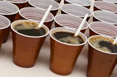 Tasses en plastique de Brown photos libres de droits