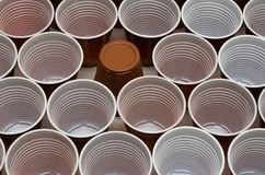Tasses en plastique de Brown photos stock