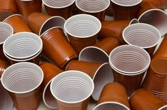 Tasses en plastique de Brown photo libre de droits