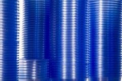 Tasses en plastique de l'eau pour un distributeur automatique  Photos stock