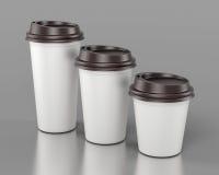 Tasses en plastique jetables en gros plan de différentes tailles renderin 3D Images stock