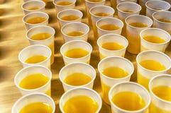 Tasses en plastique remplies de limonade photographie stock libre de droits