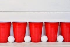 Tasses en plastique rouges de boissons Image libre de droits
