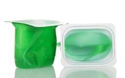 Tasses en plastique vides avec la fin de yaourt d'isolement sur le blanc Images libres de droits