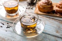 Tasses en verre avec le thé aromatique sur la table image libre de droits