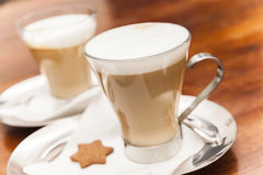 Tasses en verre complètement de café de cappuccino Images libres de droits