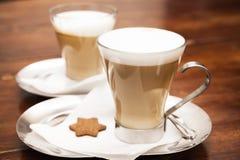 Tasses en verre complètement de cappuccino sur la table en bois image libre de droits
