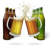 Tasses en verre de bière et de bouteilles à bière Photos libres de droits