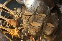 Tasses en verre de thé pakistanais avec des épices images libres de droits