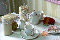 Tasses et bétail réglés porcellan de cérémonie de thé de la Chine dans l'intérieur blanc de salle à manger photographie stock