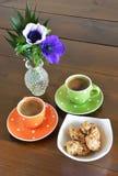 Tasses et biscuits verts et oranges Images libres de droits