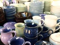 Tasses et cuvettes en céramique photographie stock libre de droits