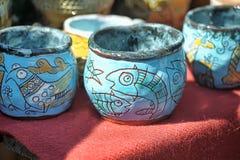 Tasses et cuvettes en céramique avec les dessins drôles photos stock
