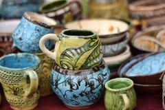 Tasses et cuvettes en céramique avec les dessins drôles photo stock