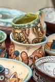 Tasses et cuvettes en céramique avec les dessins drôles image libre de droits