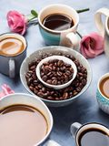 Tasses et tasses de café et de fleurs Photographie stock