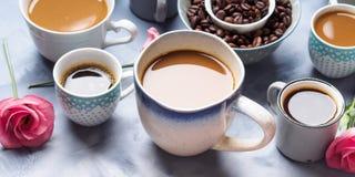 Tasses et tasses de café et de fleurs Photos stock