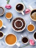Tasses et tasses de café et de fleurs Photographie stock libre de droits