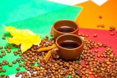 Tasses et haricots de café avec de la cannelle image stock