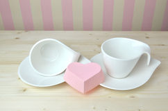 Tasses et soucoupes de porcelaine dans la cuisine Images libres de droits