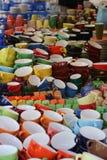 Tasses et toute autre vaisselle sur un marché Image libre de droits