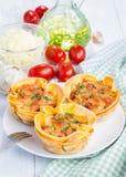 Tasses faites maison de lasagne Images stock