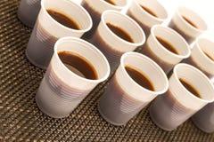 Tasses jetables avec du café Images stock