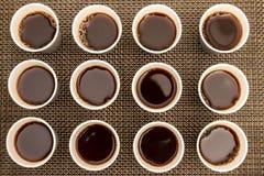 Tasses jetables avec du café Images libres de droits