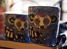 Tasses mexicaines avec des crânes dans la boutique de souvenirs Photo stock