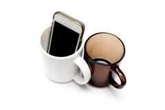 Tasses noires et blanches, plats sur un blanc Image libre de droits