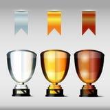 Tasses ou trophées de victoire avec les rubans, l'or, l'argent et le bronze, Photographie stock