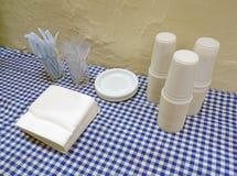 Tasses, plats et couverts de plastique Photographie stock libre de droits