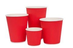 Tasses rouges de carton pour les boissons chaudes Photographie stock libre de droits