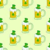Tasses sans couture avec de la bière de St Patrick Photo libre de droits