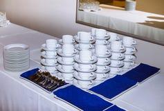 Tasses servies à la pause-café photographie stock libre de droits