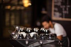 Tasses sur la machine de café images stock
