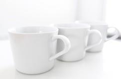 Tasses sur la table de cuisine Image libre de droits