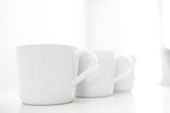 Tasses sur la table de restaurant Images libres de droits