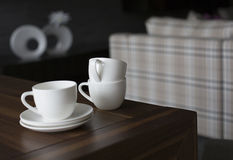 Tasses sur la table en bois Photographie stock