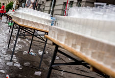 Tasses utilisées de l'eau pendant le marathon Photos libres de droits