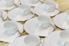 Tasses vides attendant le banquet Photos libres de droits